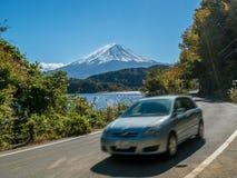 Conduite près de Mt Fuji au Japon avec la tache floue de mouvement photo stock