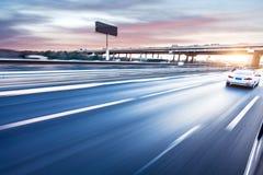 Conduite sur l'autoroute, tache floue de mouvement photographie stock libre de droits