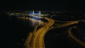 Conduite sur l'intersection de route de nuit dans la vue aérienne de ville moderne de nuit clips vidéos