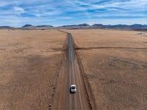 Conduite sur la route vide scénique de désert de sable au jour d'été concept de course Photographie stock libre de droits