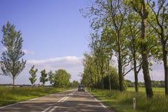 Conduite sur une route vide photographie stock libre de droits