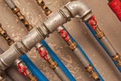 les couleurs contrastent la haute eau de pipes Image stock
