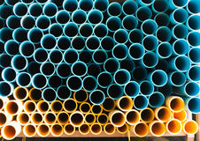 Conduites d'eau bleues et jaunes de PVC dans l'entrepôt Photographie stock