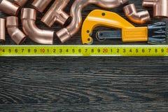 Conduites d'eau de cuivre mesurant des ciseaux de tuyau de bande image stock