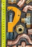 Conduites d'eau en laiton mesurant le coupeur de tuyau de bande photographie stock libre de droits
