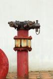 Conduites d'eau industrielles en métal rouillé rouge avec une valve images stock