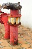 Conduites d'eau industrielles en métal rouillé rouge avec une valve image stock