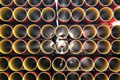 Conduites d'eau rouges et jaunes image libre de droits