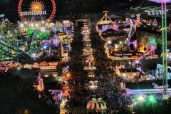 Conduites d'Oktoberfest la nuit images libres de droits
