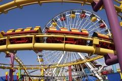 Conduites de tressaillement d'amusement de carnaval de pilier de Santa Monica Image libre de droits