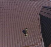 Conduits d'air sur le toit en métal Le toit de la feuille ondulée Toiture de forme onduleuse de profil en métal Photographie stock libre de droits