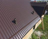 Conduits d'air sur le toit en métal Le toit de la feuille ondulée Toiture de forme onduleuse de profil en métal Photo libre de droits