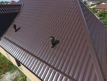 Conduits d'air sur le toit en métal Le toit de la feuille ondulée Toiture o Images stock