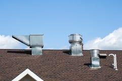 Conduits métal-air de feuille sur le dessus de toit image stock
