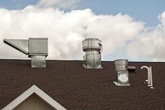 Conduits métal-air de feuille sur le dessus de toit Images libres de droits