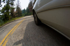 Condução de carro através das montanhas Imagens de Stock Royalty Free
