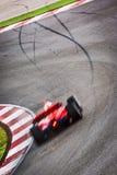 Condução de carro de corridas rapidamente em torno do canto Fotografia de Stock Royalty Free