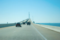 Condução na ponte de Skyway da luz do sol sobre Tampa Bay Foto de Stock Royalty Free