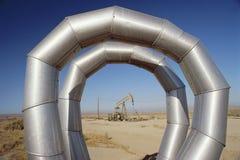 Condução por meio de canos no campo petrolífero Imagens de Stock Royalty Free