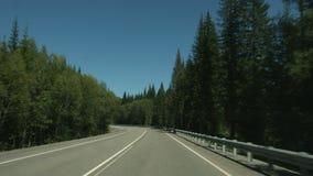 Condurre automobile sulla strada costiera della montagna stock footage