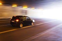 Condurre automobile in un tunnel Fotografia Stock