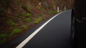 Condurre un'automobile ad alta velocità lungo le marcature un giorno nuvoloso nel paese con traffico stradale a mano sinistra cyp stock footage