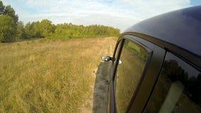 Condurre un'automobile nella campagna video d archivio