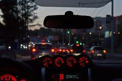 Condurre un'automobile nella città di sera Immagini Stock Libere da Diritti