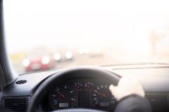Condurre un'automobile, primo punto di vista della persona Fuoco sugli orologi immagini stock libere da diritti