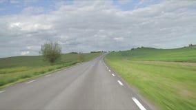 Condurre un'automobile su una collina su una strada del catrame video d archivio