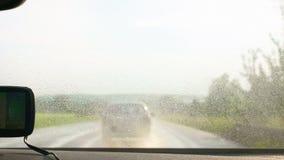 Condurre un'automobile sulla strada bagnata e pericolosa stock footage