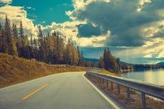 Condurre un'automobile sulla strada della montagna Immagini Stock Libere da Diritti
