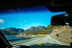 Condurre un'automobile sulla strada della montagna Immagini Stock