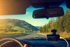 Condurre un'automobile sulla strada della montagna Fotografie Stock
