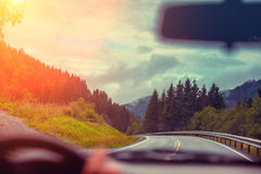 Condurre un'automobile sulla strada della montagna Fotografie Stock Libere da Diritti
