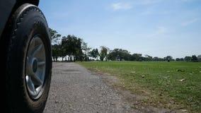 Condurre un carretto di golf nel campo da golf stock footage