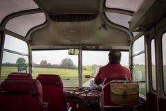 Condurre un vecchio bus Fotografie Stock