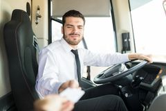 Condutor de ônibus Checking Boarding Pass imagem de stock