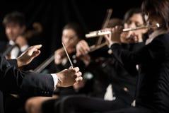 Condutor que dirige a orquestra sinfônica fotos de stock
