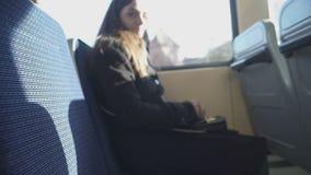 Conduttore del bus che controlla il biglietto femminile del passeggero, primo piano di servizio di trasporto pubblico archivi video