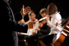 Conduttore di orchestra in scena Fotografie Stock Libere da Diritti