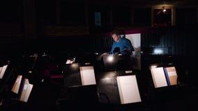 Conduttore in un'orchestra Pit Studies Sheet Music archivi video