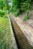 Conduttura dell'acqua del Balcani nella Museo-riserva di Etera in Bulgaria Fotografia Stock