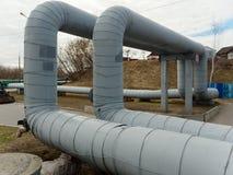 Conduttura di riscaldamento i tubi del diametro grande sono curvati acutamente fotografie stock libere da diritti