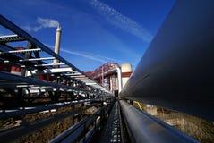Condutture industriali contro cielo blu Fotografia Stock Libera da Diritti