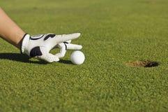 Conduza a esfera de golfe à mão Imagem de Stock Royalty Free