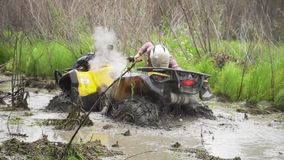 Conduzca ATV a trav?s de pantano, del agua, del fango y del fango C?mara lenta metrajes