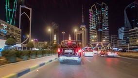 Conduzca con el tráfico en el hyperlapse del timelapse de la carretera de la ciudad en Kuwait Kuwait, Oriente Medio metrajes
