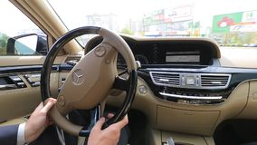 Conduzca el coche de lujo Mercedes W221 AMG metrajes