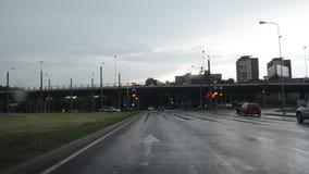 Conduzca el cruce de la lluvia del coche almacen de metraje de vídeo